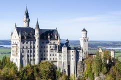 一座浪漫古老城堡的一幅宽敞全景命名了位于巴伐利亚的新天鹅堡德国 库存图片