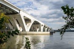 一座混凝土路桥梁的结构在河的 免版税图库摄影