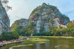 一座湖和山的美丽的景色在有桥梁的泰国 库存图片