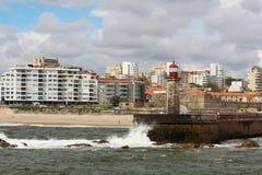 一座灯塔在大西洋海边在波尔图,葡萄牙 库存照片