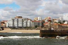 一座灯塔在大西洋海边在波尔图,葡萄牙 库存图片