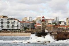一座灯塔在大西洋海边在波尔图,葡萄牙 免版税图库摄影