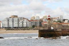 一座灯塔在大西洋海边在波尔图,葡萄牙 免版税库存照片