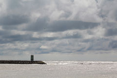 一座灯塔在大西洋海边在Nazare,葡萄牙 免版税图库摄影
