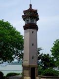 一座灯塔有湖和蓝天背景 免版税库存照片