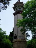 一座灯塔有湖和蓝天背景 库存图片