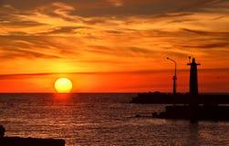 一座灯塔的剪影在日落的 免版税库存照片