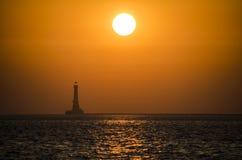 一座灯塔的图象在日落期间的阿拉伯海 库存照片