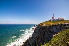一座灯塔的好的看法有海洋的在葡萄牙 免版税库存照片