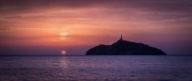 一座灯塔的日落视图在海岛-圣玛尔塔,哥伦比亚 免版税库存图片