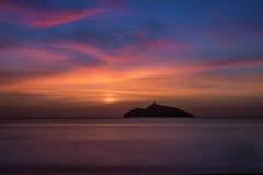 一座灯塔的日落视图在海岛 库存照片