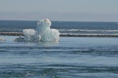 一座独特的冰山的惊人的看法与黑沙子的在backgro 免版税图库摄影