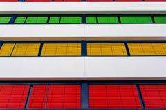 一座现代办公楼的海拔与窗帘不同颜色的在每个地板上的 免版税图库摄影
