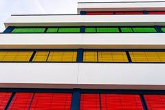 一座现代办公楼的海拔与窗帘不同颜色的在每个地板上的 库存照片