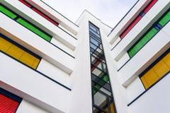 一座现代办公楼的海拔与窗帘不同颜色的在每个地板上的 库存图片