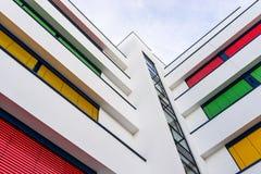 一座现代办公楼的海拔与窗帘不同颜色的在每个地板上的 图库摄影