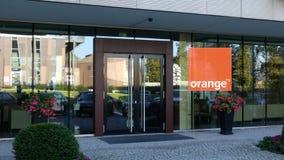 一座现代办公楼的玻璃门面与橙色S的 A 徽标 社论3D翻译 库存图片