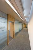 一座现代办公楼的走廊 免版税库存照片