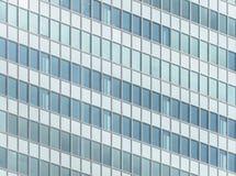 一座现代办公楼的门面和Windows 免版税库存图片