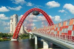 一座现代缆绳被停留的桥梁(Zhivopisny桥梁)在莫斯科 免版税库存照片