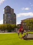 一座现代高层办公大楼和历史的江海关大厦接近Donegall奎伊 图库摄影