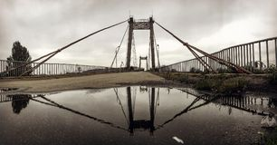 一座生锈的桥梁垂悬在Kyiv或基辅的Podil部分 免版税图库摄影