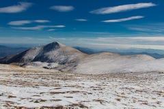 一座白色山的安静带领一个远足者镇定 库存图片