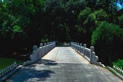 一座石桥梁的路面在公园 库存图片
