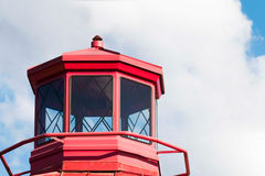 一座红色灯塔隔绝与云彩 库存图片