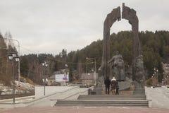 一座纪念碑在市的中心Khanty-Mansiysk 免版税库存图片