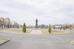 一座纪念碑在胜利公园 喀山在俄罗斯 有一朵花的女孩在她的手上 库存图片