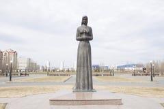 一座纪念碑在胜利公园 喀山在俄罗斯 有一朵花的女孩在她的手上 免版税库存照片