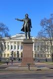 一座纪念碑对诗人亚历山大・谢尔盖耶维奇・普希金晴朗的春日 库存照片
