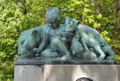一座纪念碑的片段对创建者和Konigsberg动物园埃尔曼Klaass的第一位主任的 加里宁格勒 库存图片