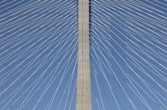 一座缆绳被停留的桥梁的细节 库存图片