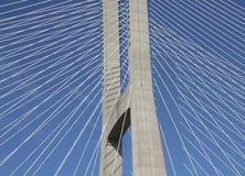 一座缆绳被停留的桥梁的细节 库存照片