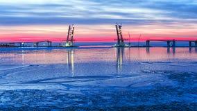 一座缆绳被停留的桥梁,部分的建筑的未来西部 免版税库存照片