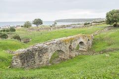 一座罗马桥梁的遗骸在海附近的 库存照片