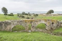 一座罗马桥梁的遗骸在海附近的 免版税库存照片