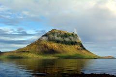 一座美丽的山在水中反射了在冰岛 库存图片