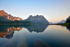 一座美丽的山在Ratchaprapa水坝,泰国的早晨 免版税图库摄影