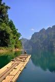 一座美丽的山在Ratchaprapa水坝,泰国的早晨 免版税库存照片