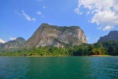 一座美丽的山在Ratchaprapa水坝,泰国的早晨 免版税库存图片