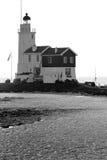 一座美丽的海滩和灯塔在日出(Marken Netherla 免版税库存照片