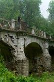 一座美丽的老桥梁的亭亭玉立的女孩 免版税库存照片