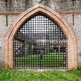 一座老中世纪城堡的门 免版税库存照片