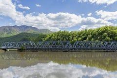 一座老和新的桥梁横渡的大河丝毫山在背景中 库存图片