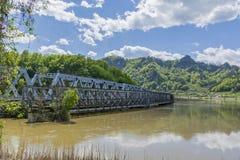 一座老和新的桥梁横渡的大河丝毫山在背景中 图库摄影