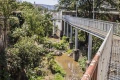 一座老和生锈的白合金桥梁的图象 免版税库存照片