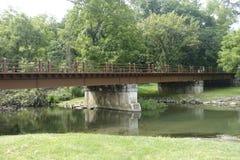 一座老土气桥梁 库存照片